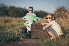 Piccoli bambini felici che giocano sulla strada al tempo di giorno Fotografia Stock Libera da Diritti