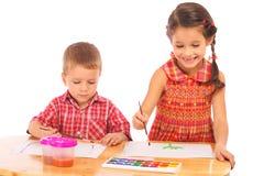 Piccoli bambini sorridenti con le pitture dell'acquerello Immagini Stock Libere da Diritti