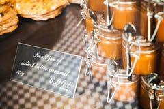 Piccoli barattoli del caramello salato del burro Fotografia Stock