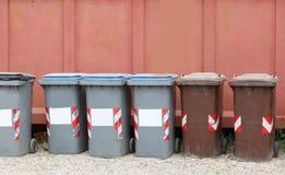 Piccoli bidoni della spazzatura di plastica grigi e marroni Fotografia Stock