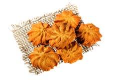 Piccoli biscotti casalinghi su un fondo bianco Immagine Stock