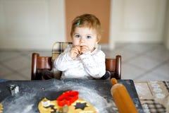 Piccoli biscotti svegli di Natale del pan di zenzero di cottura della neonata a casa Immagine Stock Libera da Diritti
