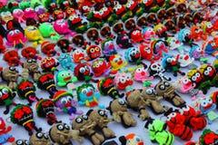 Piccoli burattini multicolori fatti a mano della lana con i grandi occhi, keychain fotografia stock libera da diritti
