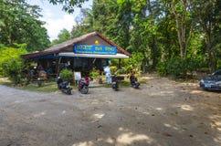 Piccoli caffè e negozi nella via del tailandese fotografia stock