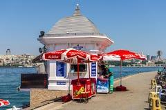 Piccoli caffè tradizionali turchi sulle vie di Costantinopoli Byufe fotografia stock libera da diritti