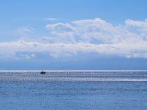 Piccoli caicchi greci di pesca, il golfo di Corinto Immagine Stock