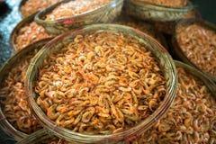 Piccoli canestri bolliti del gamberetto Frutti di mare che elaborano al mercato ittico in Quy Nhon, Vietnam del sud Fotografie Stock