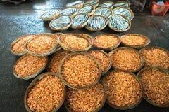 Piccoli canestri bolliti del gamberetto Frutti di mare che elaborano al mercato ittico in Quy Nhon, Vietnam del sud Immagini Stock Libere da Diritti