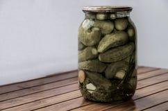 Piccoli cetrioli in un barattolo immagini stock