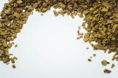 piccoli chicchi di caff? su un fondo bianco pulito fotografia stock libera da diritti