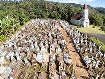 Piccoli chiesa luterana e cimitero nella zona rurale fotografie stock libere da diritti