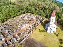 Piccoli chiesa luterana e cimitero nella zona rurale immagini stock