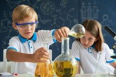 Piccoli chimici curiosi Fotografie Stock