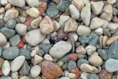Piccoli ciottoli di pietra le pietre strutturate a vicenda, attirano l'occhio e lenire fotografia stock