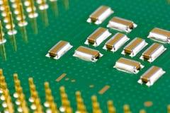 Piccoli condensatori dello smd su un'unità di elaborazione Immagine Stock