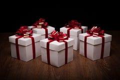 Piccoli contenitori di regalo sulla tavola Fotografie Stock Libere da Diritti