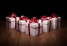 Piccoli contenitori di regalo sulla tavola Immagine Stock