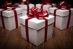 Piccoli contenitori di regalo sulla tavola Fotografia Stock