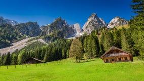 Piccoli cottage al fondo del picco nelle alpi Fotografie Stock