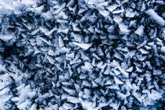 Piccoli cristalli di ghiaccio taglienti congelati vicino su, inverno blu astratto fotografia stock libera da diritti