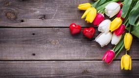 Piccoli cuori decorativi e tulipani luminosi della molla Immagine Stock Libera da Diritti