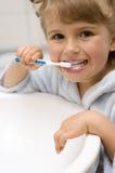 piccoli denti di spazzolatura della ragazza Immagine Stock