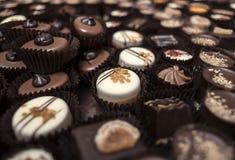 Piccoli deserti del cioccolato impilati insieme Immagini Stock Libere da Diritti