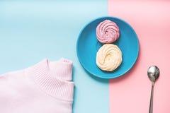 Piccoli dolci turbinati al piatto Immagini Stock