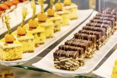 Piccoli dolci in un negozio di pasticceria di lusso Fotografia Stock