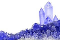 Piccoli e grandi cristalli dello zaffiro blu su bianco fotografie stock