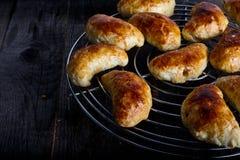 Piccoli empanadas con carne su un piatto bianco Immagine Stock