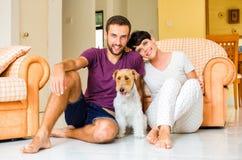 Piccoli famiglia e cane Immagini Stock