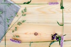 Piccoli fiori del campo su fondo di legno Priorità bassa floreale Fotografia Stock Libera da Diritti