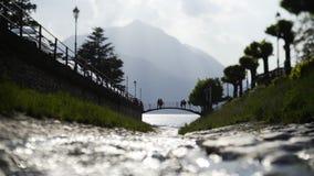 Piccoli fiume e ponte in Varenna stock footage