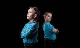 Piccoli gemelli piacevoli su fondo nero Immagine Stock