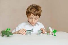 Piccoli giochi da bambini con gli animali dei giocattoli Immagine Stock Libera da Diritti