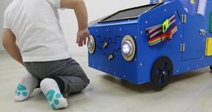 Piccoli giochi da bambini con una grande macchina di sviluppo archivi video