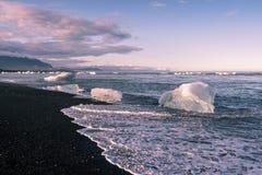Piccoli iceberg che vanno alla deriva da, laguna del ghiacciaio di Jokulsarlon all'Oceano Atlantico in Islanda sudorientale fotografia stock