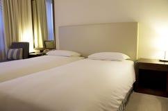 Piccoli letti moderni della camera di albergo Fotografia Stock Libera da Diritti