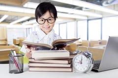 Piccoli libri di lettura attraenti del principiante nella classe Immagine Stock