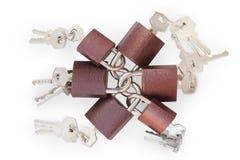Piccoli lucchetti collegati con le chiavi isolati con il percorso di ritaglio Fotografia Stock