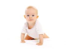 Piccoli movimenti striscianti svegli del bambino su un bianco Immagini Stock