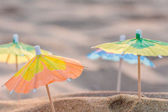 Piccoli ombrelli di carta sulla spiaggia Fotografia Stock