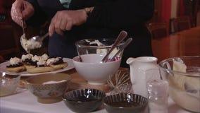 Piccoli pancake e mirtilli video d archivio