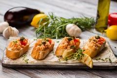 Piccoli pani tostati con la carne di pesce Immagine Stock
