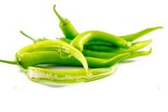 Piccoli peperoni verdi su fondo bianco Fotografia Stock