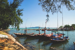 Piccoli pescherecci al paesino di pescatori Immagini Stock