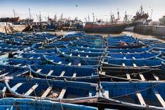 Piccoli pescherecci blu nella priorità alta fotografia stock