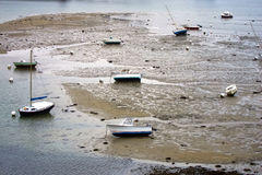 Piccoli pescherecci in una porta alla marea bassa Immagine Stock Libera da Diritti