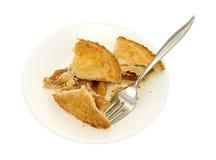 Piccoli pezzi della torta di mele sul piatto con la forcella Fotografie Stock